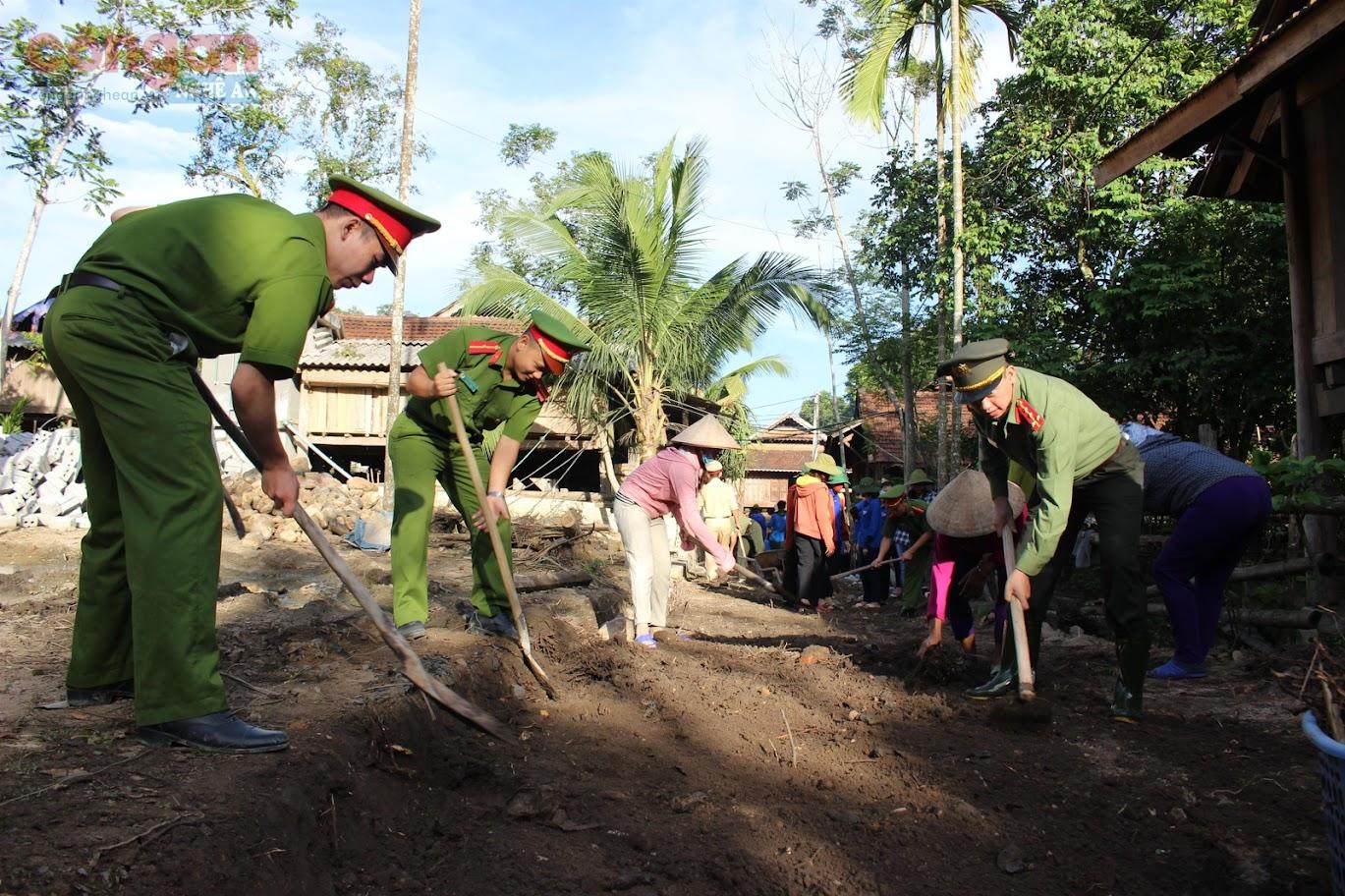 Các phong trào, hoạt động trong Công an Nghệ An những năm qua luôn hướng về cơ sở (Trong ảnh: CBCS ủng hộ vật chất, sức người làm đường nông thôn mới tại Quỳ Châu)