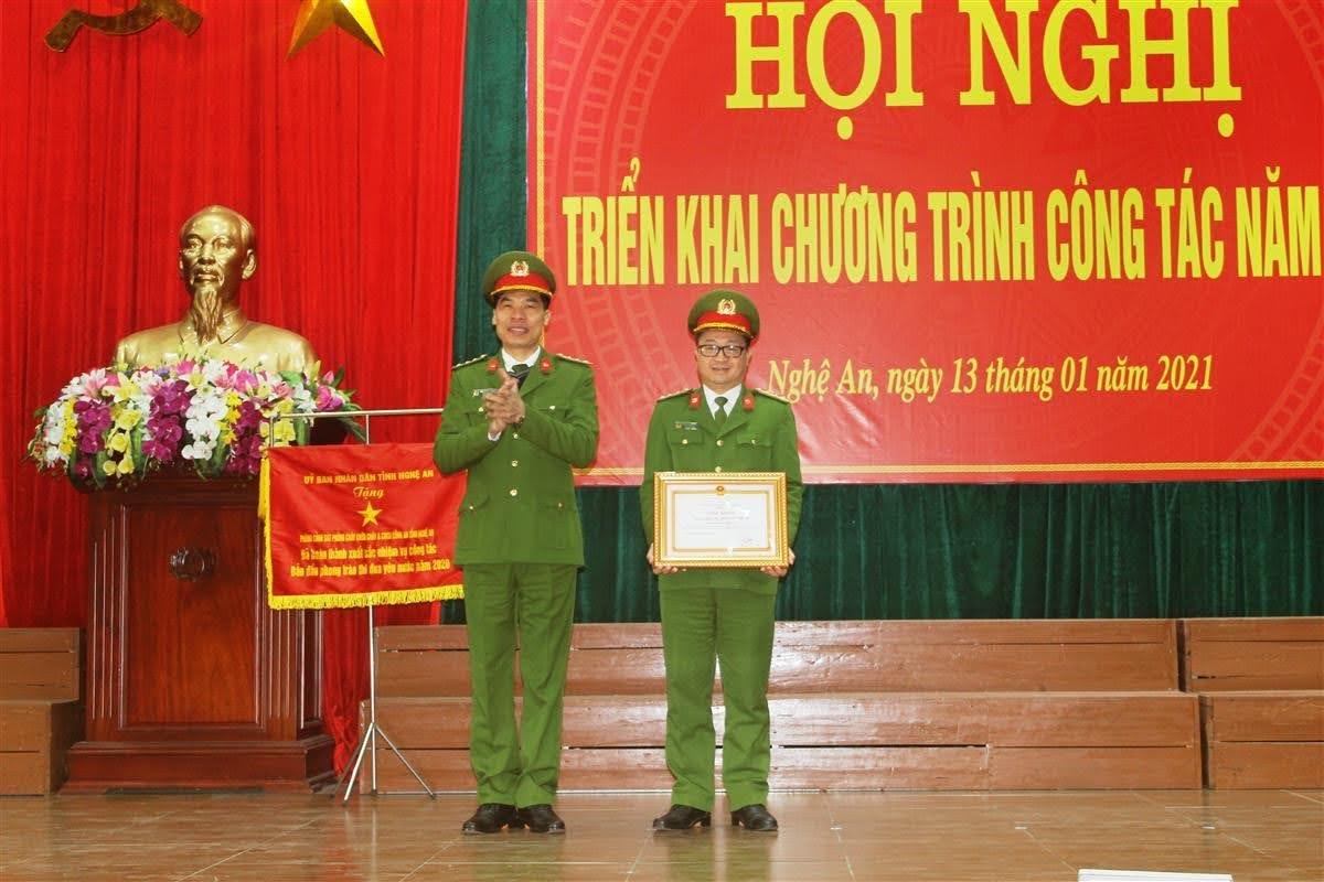 Đại tá Cao Minh Huyền, Phó Giám đốc Công an tỉnh trao tặng Danh hiệu Đơn vị Quyết thắng cho đơn vị