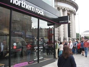 Kunden vor einer Filiale von Northern Rock