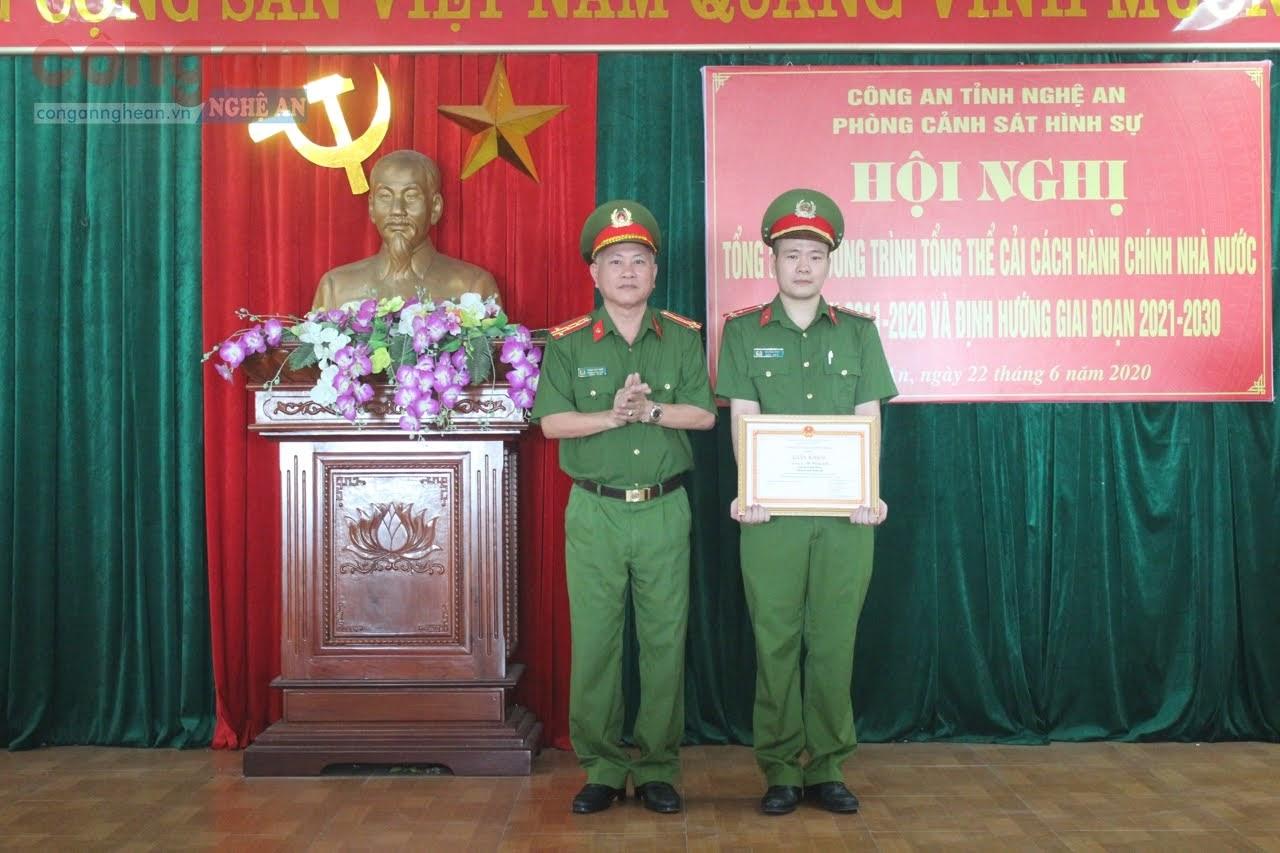 Thừa ủy quyền Giám đốc Công an tỉnh, Đại tá Phạm Hoài Nam, Trưởng phòng tặng Giấy khen cho cá nhân xuất sắc