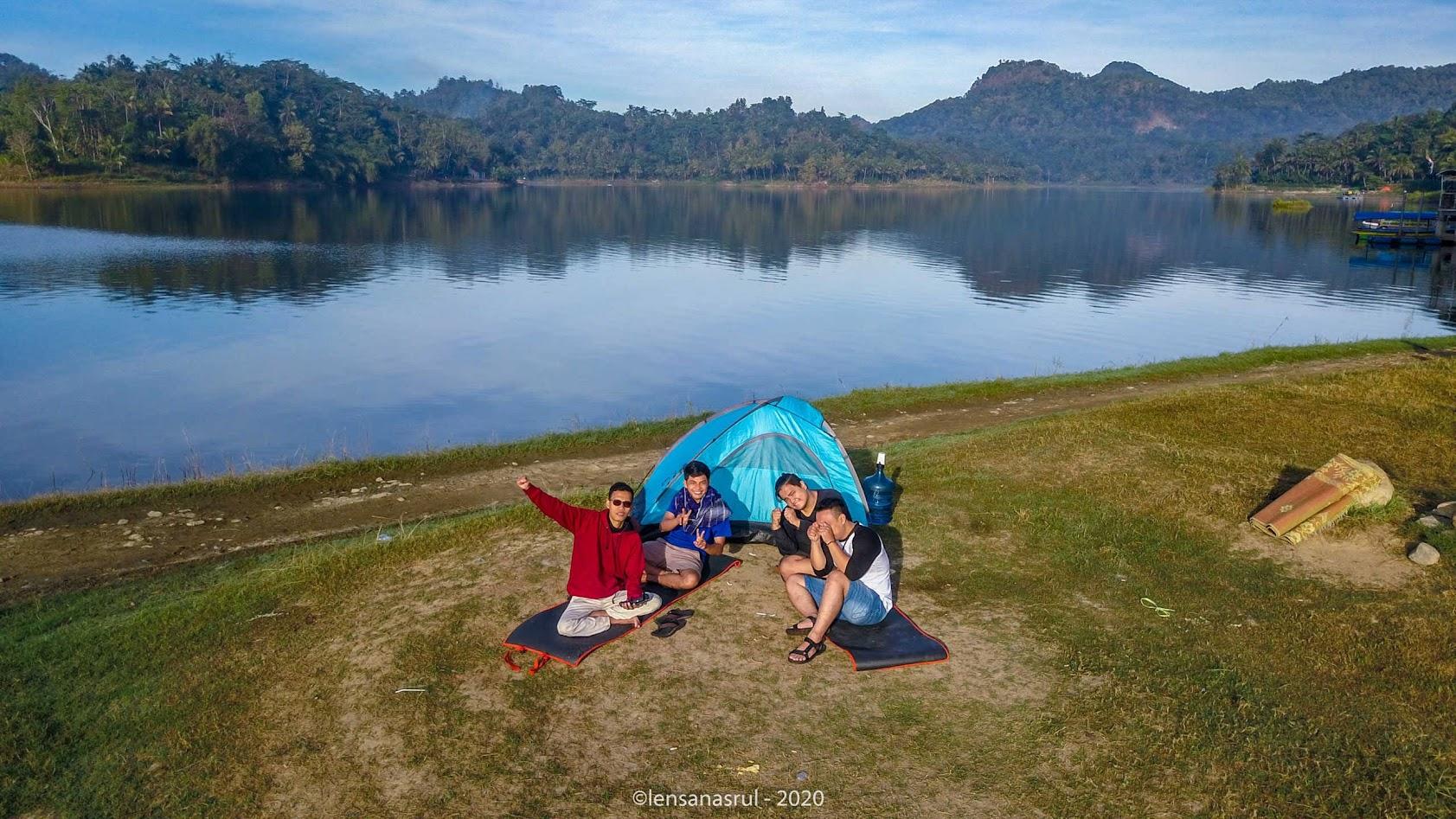 Camping bersama 3 teman