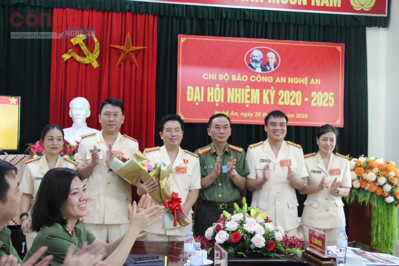 Đại tá Lê Xuân Hoài tặng hoa chúc mừng Ban chấp hành nhiệm kỳ mới 2020 – 2025.