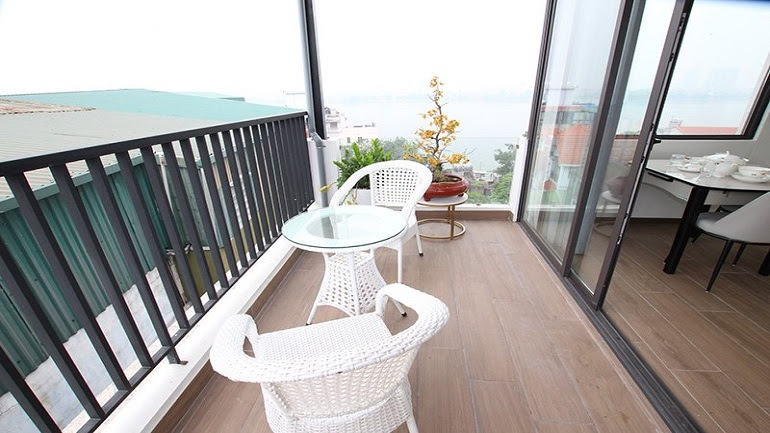 Lake – view studio apartment with big balcony in Dang Thai Mai street, Tay Ho district for rent
