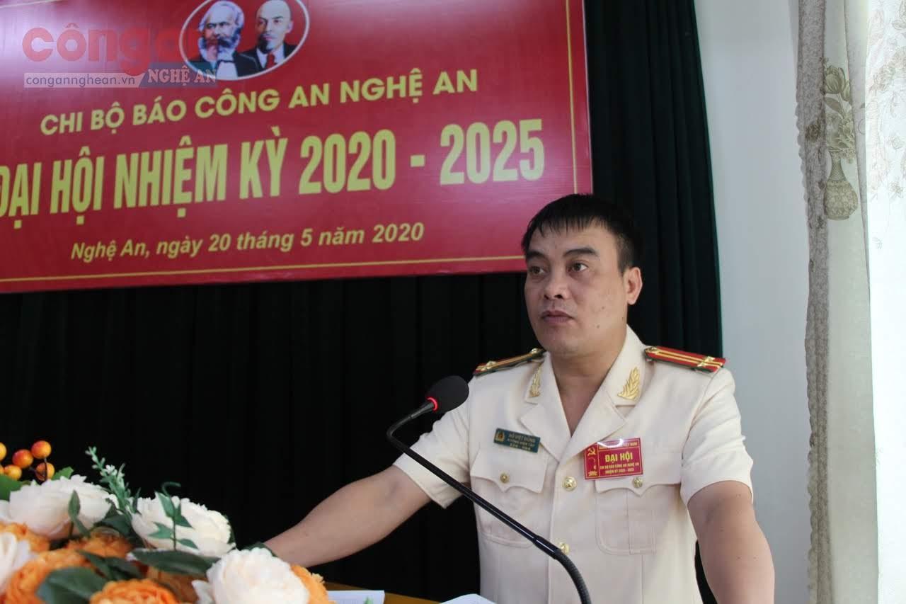 Trung tá Hồ Viết Dũng Uỷ viên BCH Chi bộ Báo Công an Nghệ An trình bày Báo cáo chính trị của Đại hội.