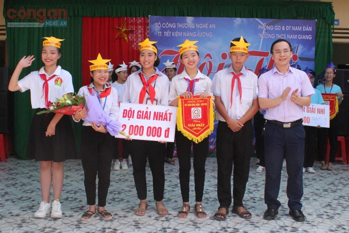 Ông Mai Anh Tuấn, Phó Giám đốc Trung tâm Tiết kiệm năng lượng, Sở Công Thương trao phần thưởng cho đội đạt giải Nhất Hội thi tuyên truyền tiết kiệm năng lượng trong trường học