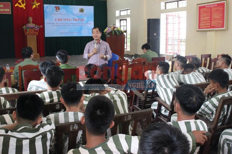 Những kiến thức về pháp luật, kỹ năng sống được chuyên gia trao đổi cho các phạm nhân tại Trại tạm giam Công an tỉnh