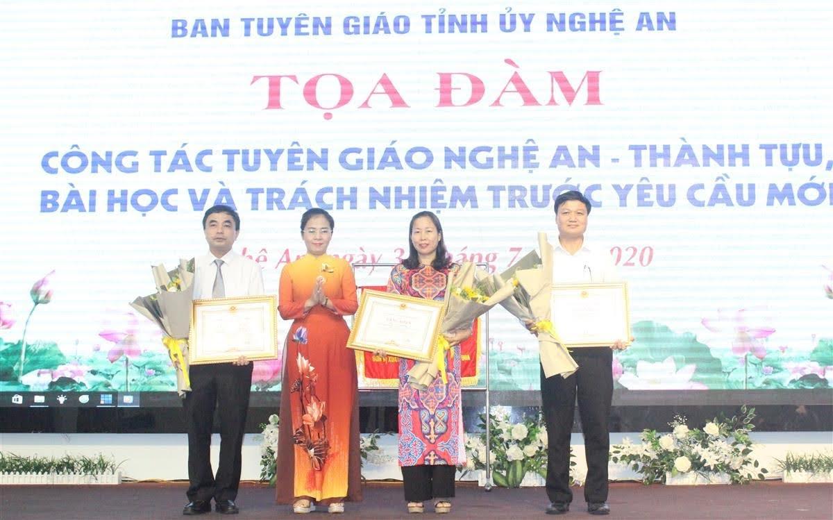 Tặng Bằng khen của UBND tỉnh cho các cá nhân có thành tích xuất sắc trong công tác thông tin tuyên truyền phục vụ tốt công tác phát triển KT-XH của tỉnh