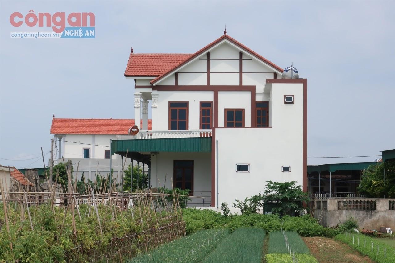 Ngôi nhà xây dựng trên khu đất của ông Lê Văn Đồng,  có một phần lấn chiếm đất nông nghiệp chưa chuyển đổi mục đích sử dụng đất