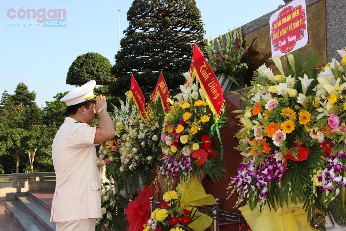 Đồng chí Thượng tá Nguyễn Xuân Thư – Trưởng phòng, thay mặt lãnh, Ban biên tập Báo Công an Nghệ An dâng hoa, báo công với Bác