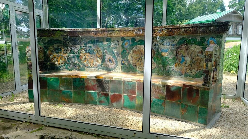 Скамья Врубеля -  редкий образец из майоликовой мастерской.