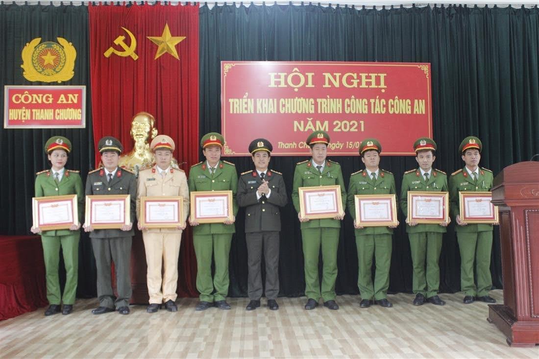 Trao danh hiệu Chiến sĩ thi đua cho các cá nhân có thành tích xuất sắc