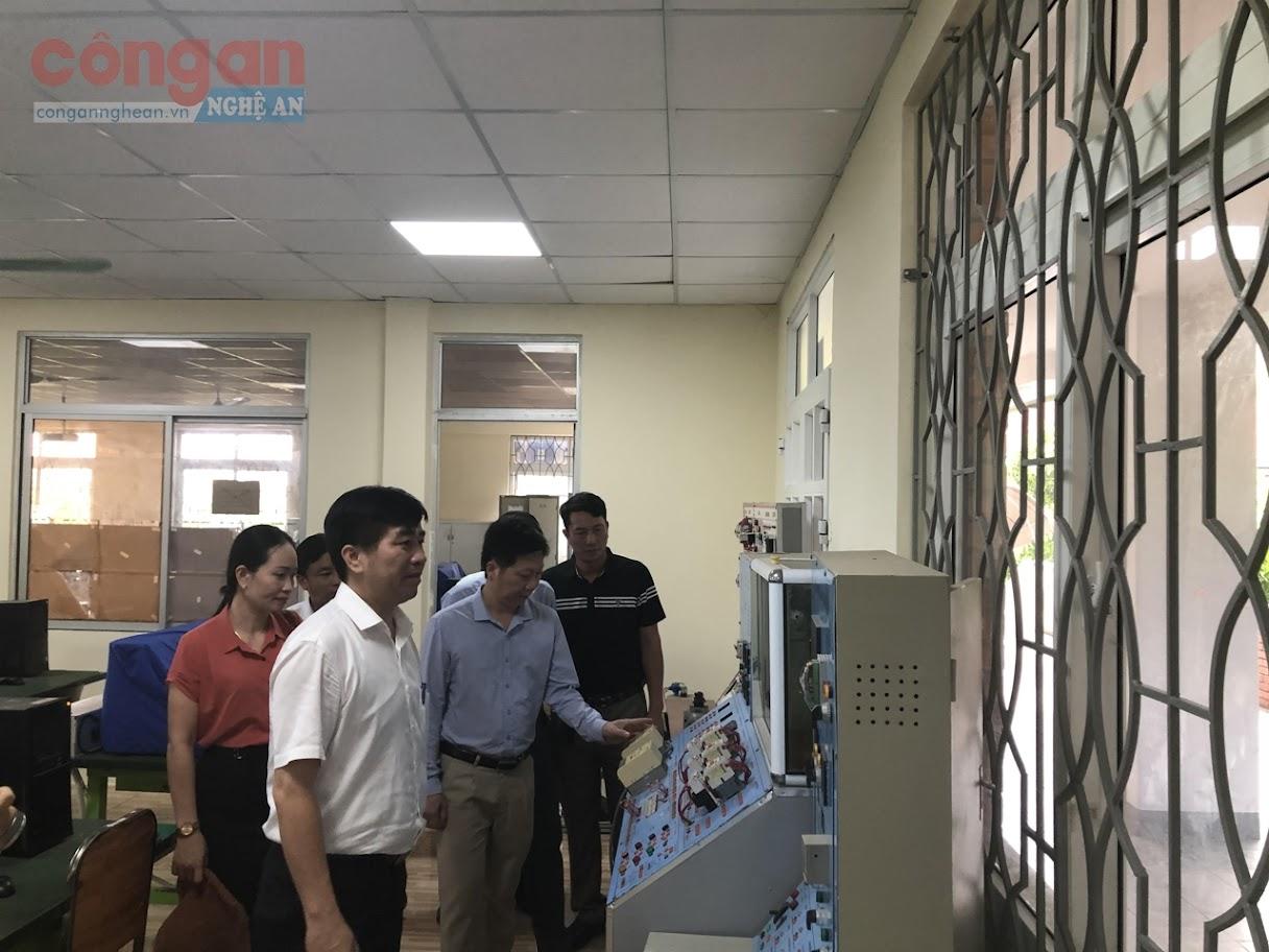 Trường cao đẳng KTCN Việt Nam - Hàn Quốc giới thiệu những ngành nghề đang đào tạo cho các giáo viên và học sinh đến tham quan