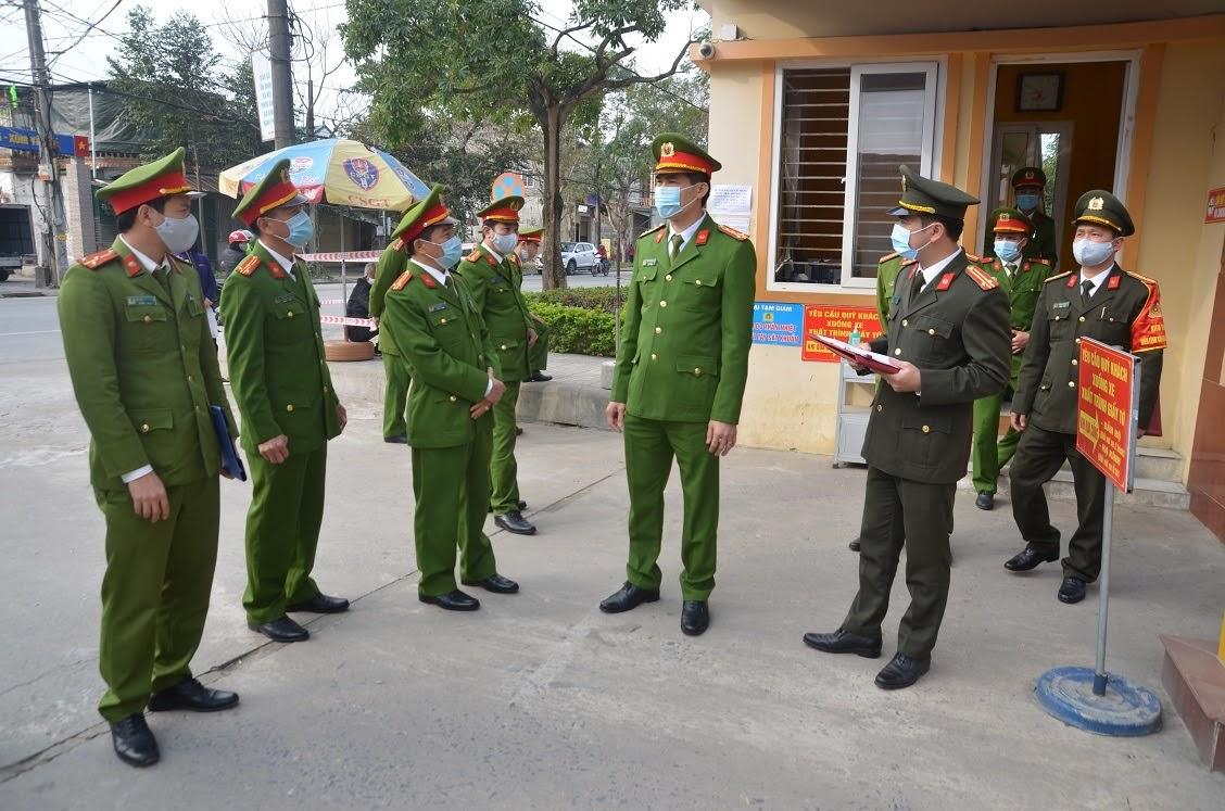 Đại tá Cao Minh Huyền, Phó Giám đốc Công an tỉnh kiểm tra công tác phòng, chống dịch Covid-19 tại Trại tạm giam Công an tỉnh
