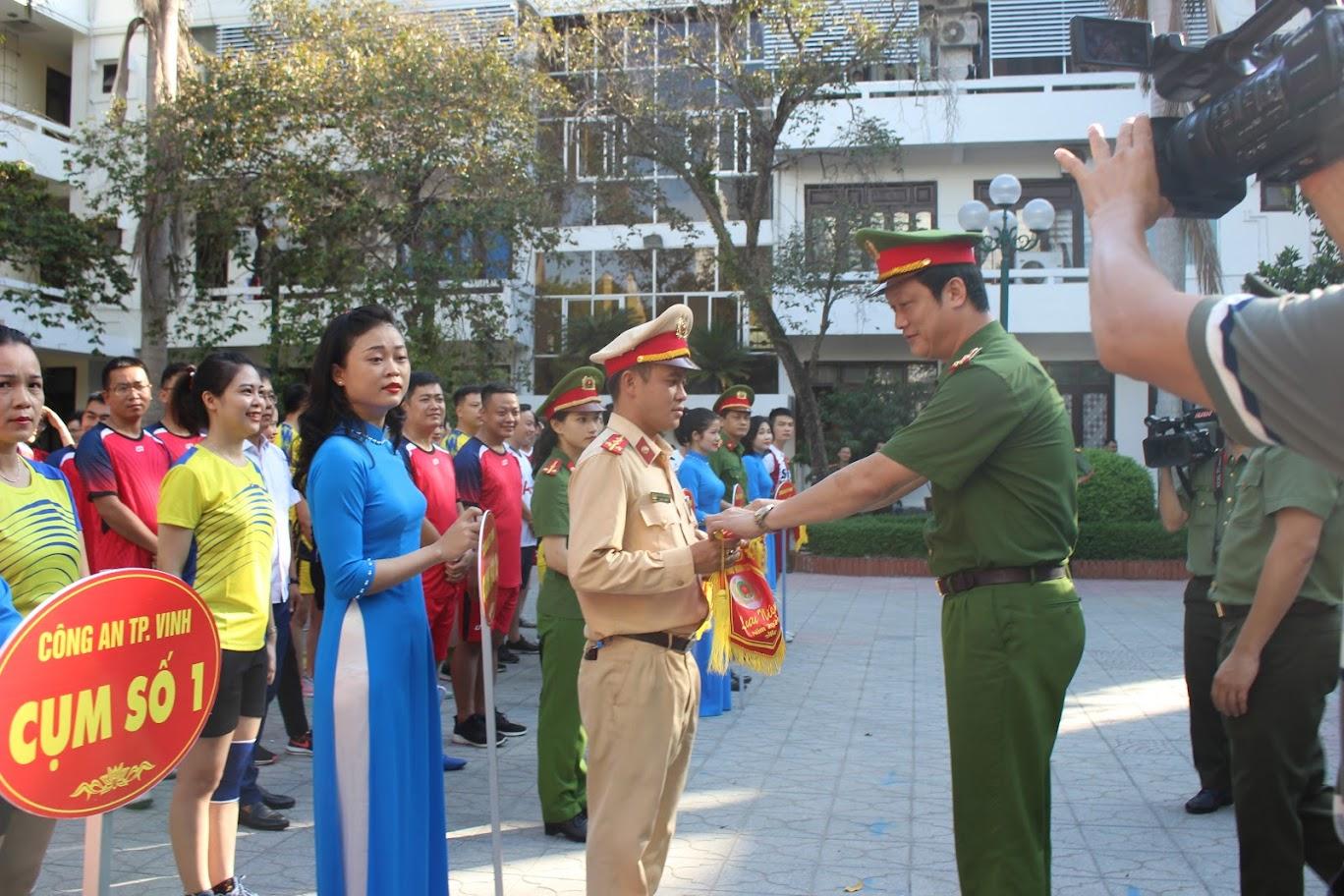 Các  đồng chí:  Đại tá Nguyễn Mạnh Hùng, Phó Giám đốc Công an tỉnh và Thượng tá Nguyễn Đức Cường, Trưởng Công an thành phố tặng cờ cho các đội tham gia thi đấu.