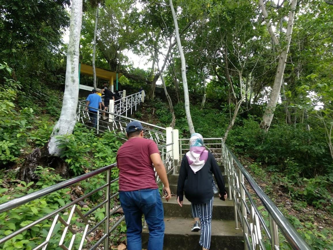 Tangga menuju area Benteng Anoi Itam, Sabang