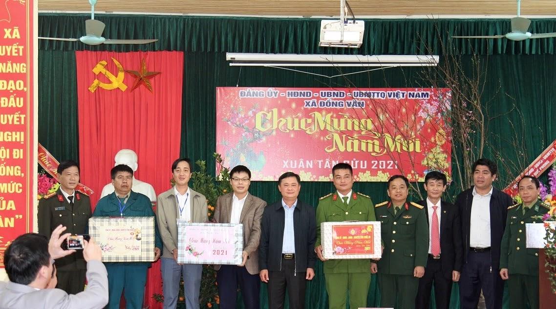 Đoàn công tác chúc Tết cán bộ, công chức xã Đồng Văn, huyện Quế Phong