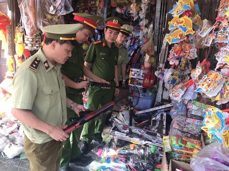 Lực lượng chức năng phát hiện, thu giữ số đồ chơi trẻ em nguy hiểm.