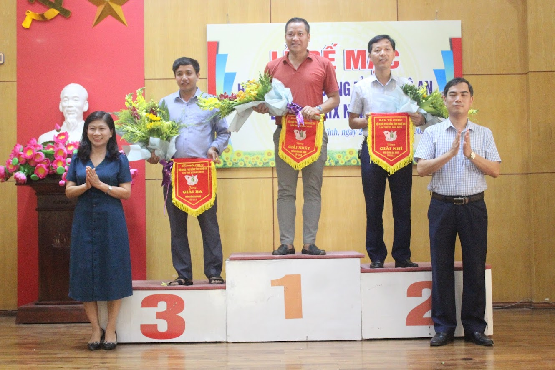 Ban tổ chức trao thưởng nội dung bóng đá nam THCS cho các đơn vị đạt giải Nhất, Nhì, Ba