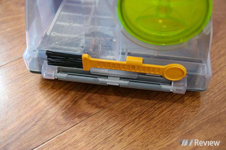 chiếc chổi nhỏ để người dùng vệ sinh hộp chứa bụi