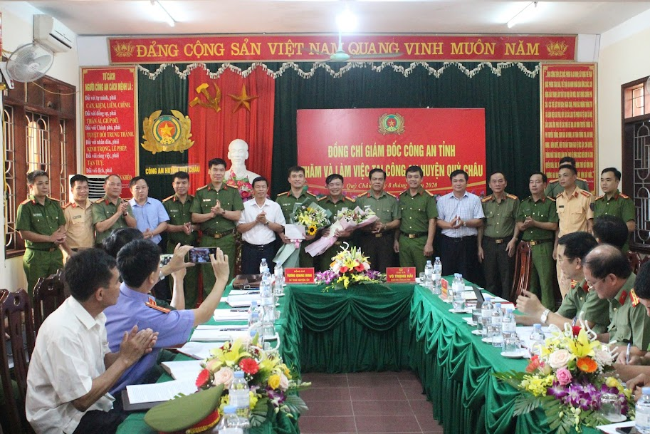 Các đồng chí Lãnh đạo Công an tỉnh và Lãnh đạo huyện Quỳ Châu trao thưởng cho Công an huyện về thành tích xuất sắc trong đấu tranh, phòng chống tội phạm.