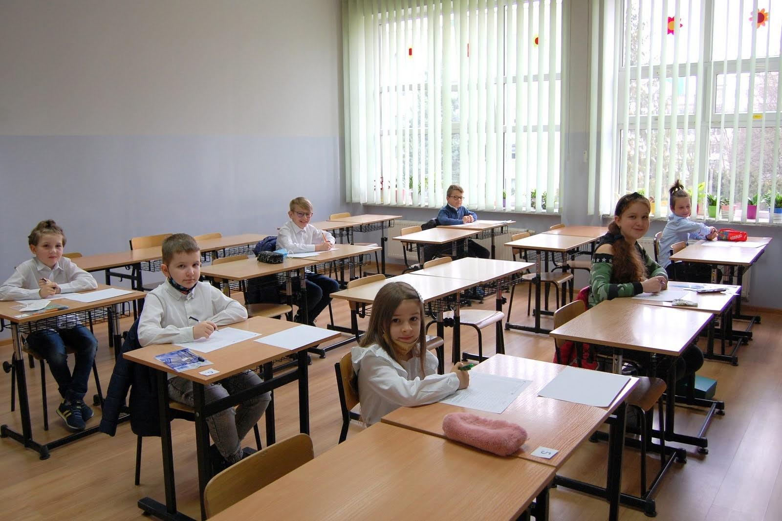 Uczniowie w ławkach czekają na rozpoczęcie konkursu