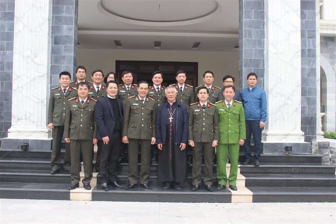 Đoàn công tác Công an tỉnh Nghệ An chụp ảnh lưu niệm với Đức cha Anphong Nguyễn Hữu Long