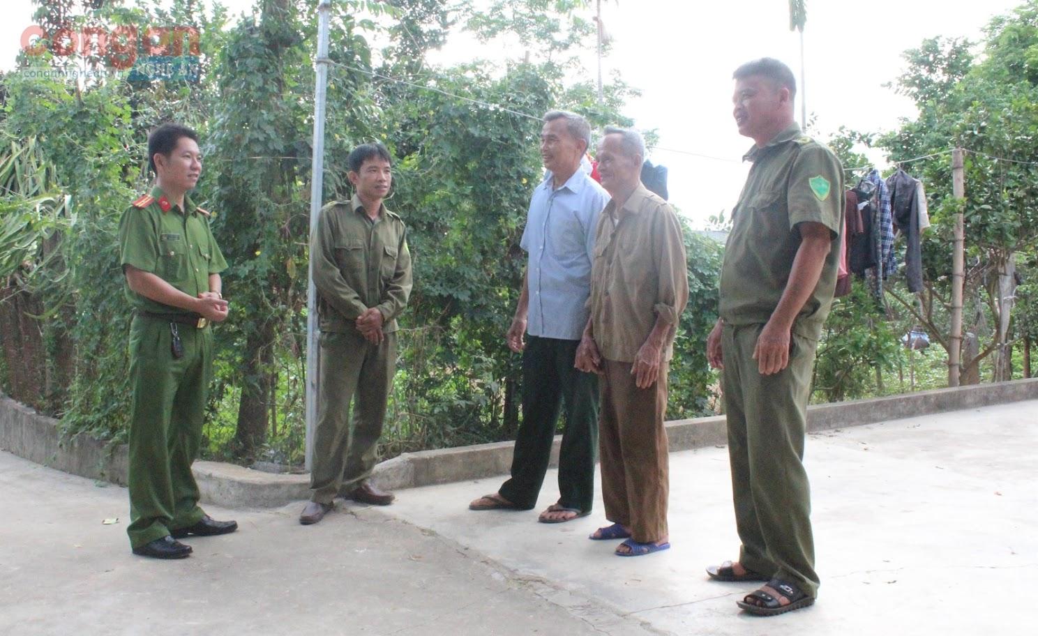 Ban Công an xã Võ Liệt đến từng hộ gia đình để tuyên truyền, phổ biến,               giáo dục pháp luật cho người dân