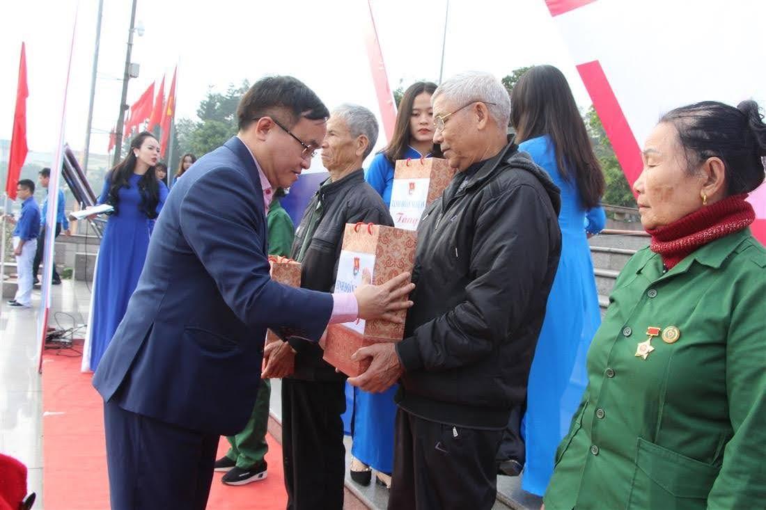 Tỉnh đoàn Nghệ An tặng quà cho các em học sinh nghèo, gia đình chính sách, các cựu TNXP.
