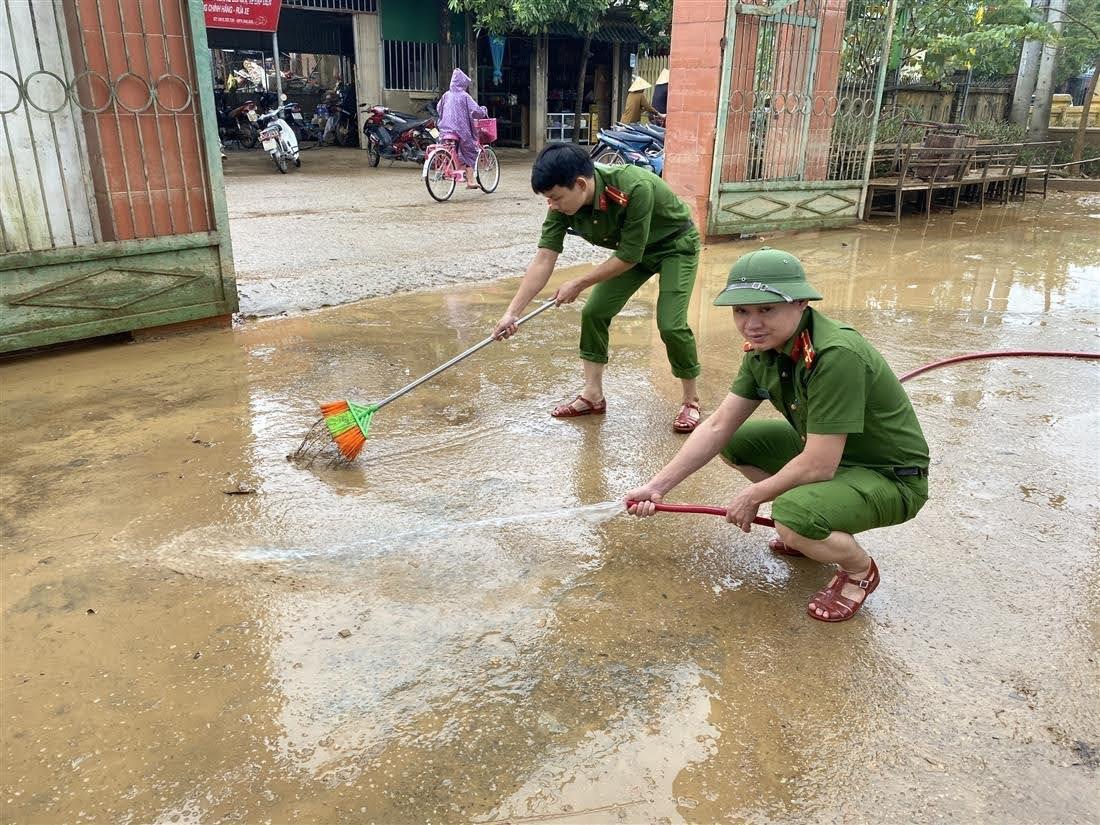 Cán bộ, chiến sỹ Phòng Cảnh sát kinh tế giúp chính quyền địa phương UBND xã Liên Thủy, huyện Lệ Thủy, tỉnh Quảng Bình khắc phục hậu quả sau lũ lụt.