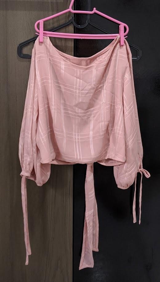 Blusa rosa aberta nas costas