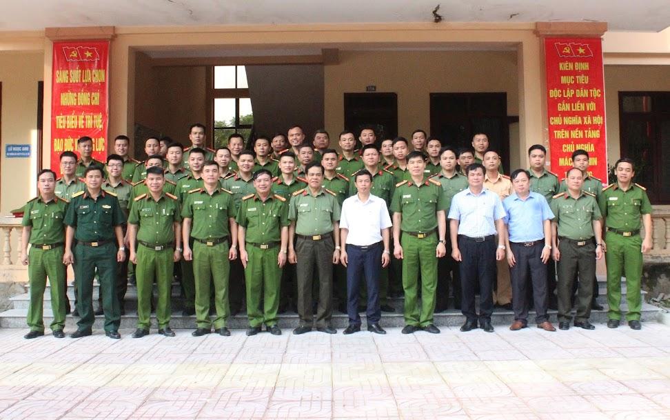 Lãnh đạo Công an tỉnh và Huyện ủy, UBND huyện chụp ảnh lưu niệm với toàn thể Lãnh đạo, CBCS Công an huyện Quỳ Châu.