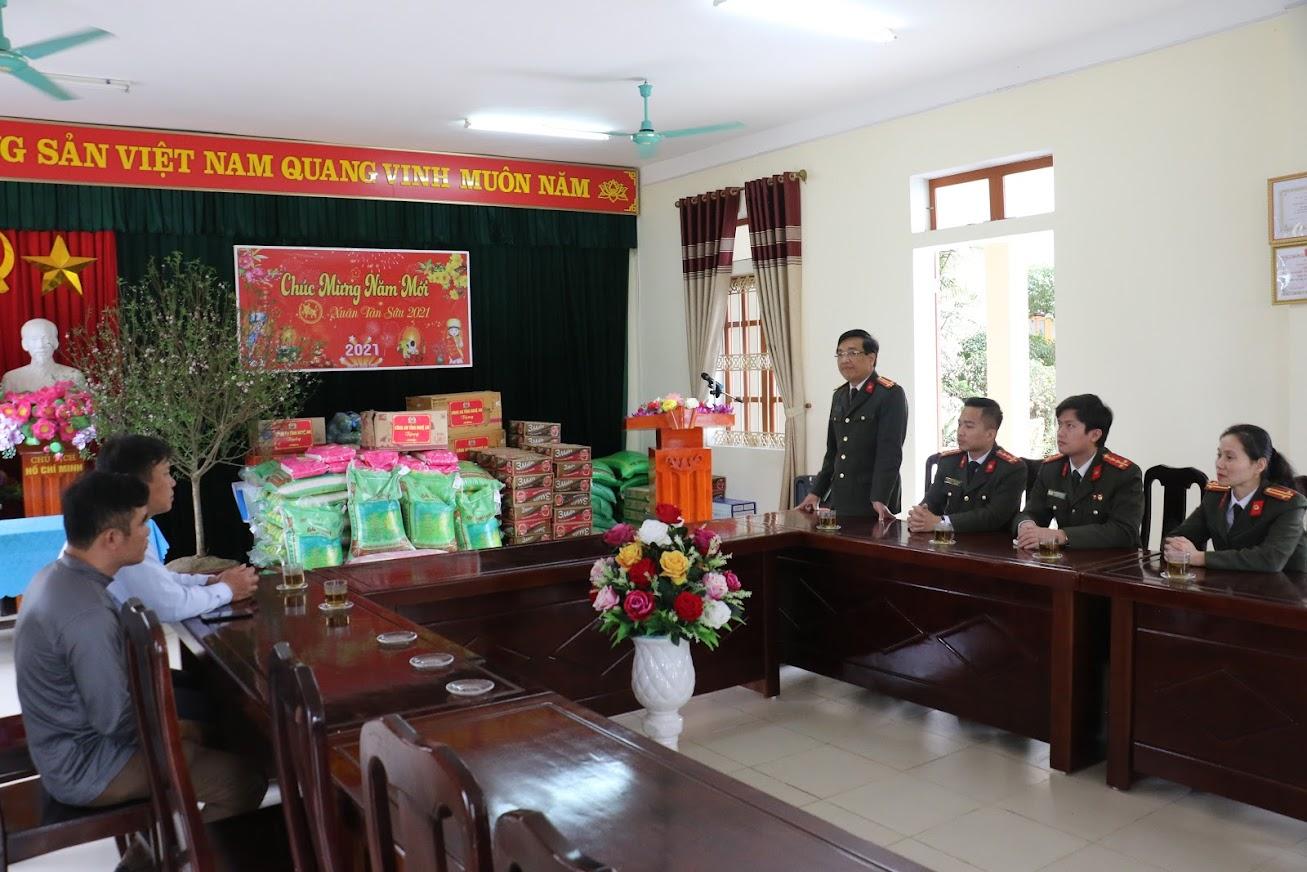 Chia sẻ những vất vả, khó khăn của lãnh đạo và công nhân viên của Trung tâm bảo trợ xã hội Nghệ An