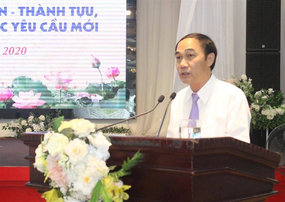 Đồng chí Trần Quốc Khánh, Phó Trưởng ban Tuyên giáo Tỉnh ủy báo cáo đề dẫn tọa đàm