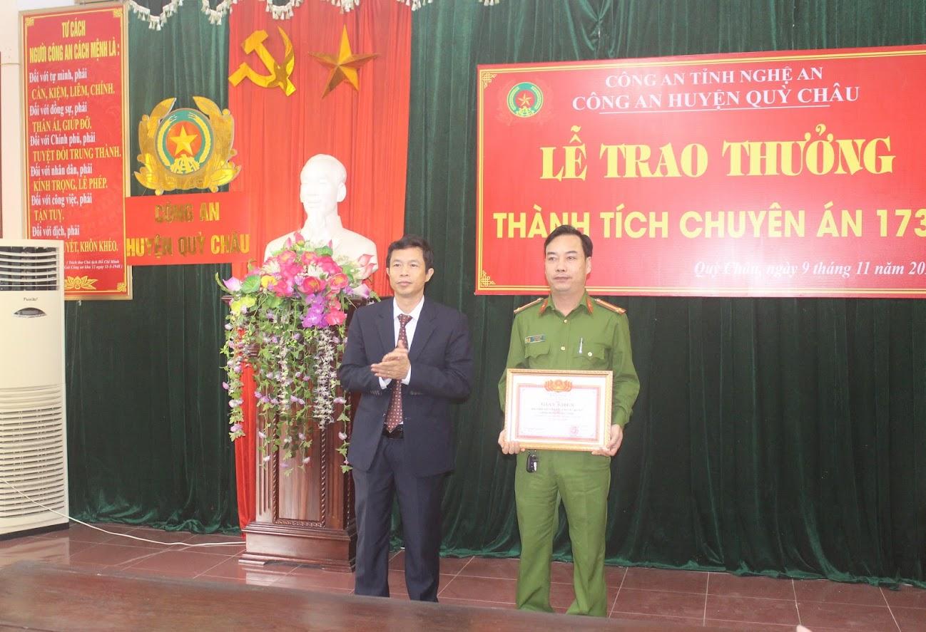 Đồng chí Vương Quang Minh - Bí thư Huyện ủy trao tặng Giấy khen cho Đội Cảnh sát ĐTTP về HS-KT-MT Công an huyện Quỳ Châu