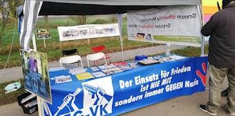 DFG-VK Infostand, Transparent «Der Einsatz für Frieden ist NIE MIT sondern immer GEGEN Nazis».