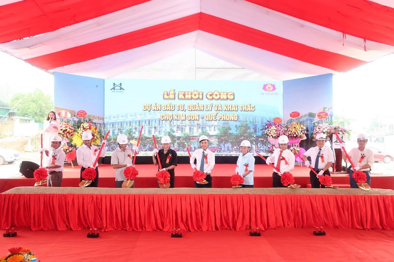 Đại biểu thực hiện nghi thức Khởi công dự án chợ Kim Sơn