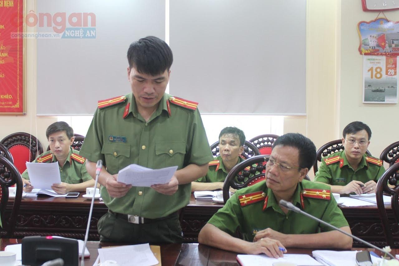 Thiếu tá Bùi La Sơn, Phó Trưởng phòng Tham mưu trình bày đề dẫn các nội dung liên quan đến 2 dự án luật