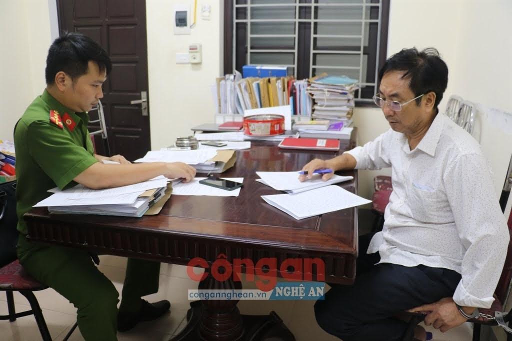 Phòng Cảnh sát kinh tế tiến hành ghi lời khai bị can Lê Văn Sơn, Giám đốc Công ty CP xây dựng Văn Sơn