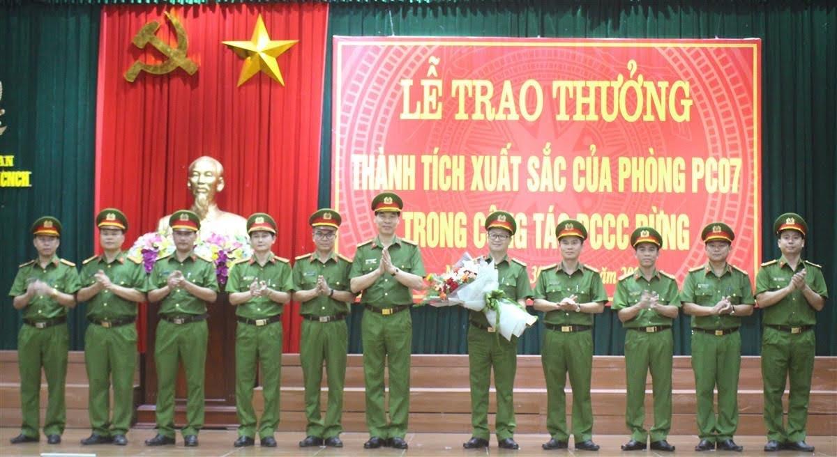 Đại tá Cao Minh Huyền, Phó Giám đốc Công an tỉnh tặng hoa chúc mừng tập thể lãnh đạo đơn vị