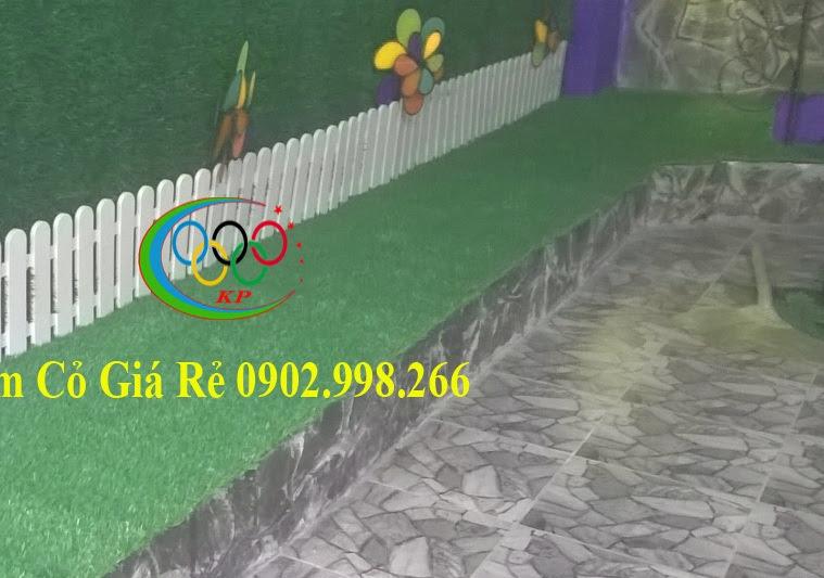 Tạo tường công ty với thảm cỏ nhựa