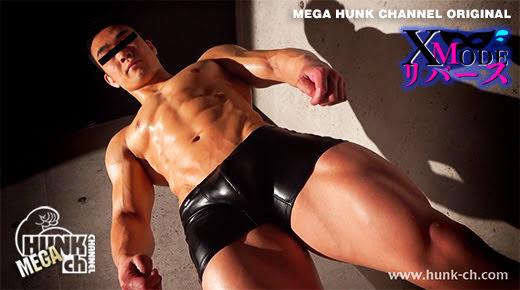 バキバキの筋肉男子がボクサーブリーフ姿で仁王立ち