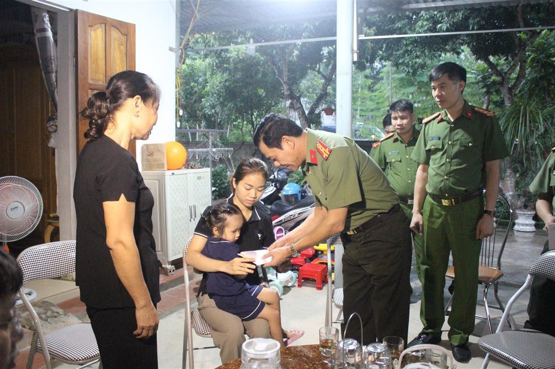 Đồng chí Đại tá Võ Trọng Hải - Giám đốc Công an tỉnh thay mặt đoàn công tác tặng quà cho gia đình đồng chí Đại úy Sầm Quốc Nghĩa.