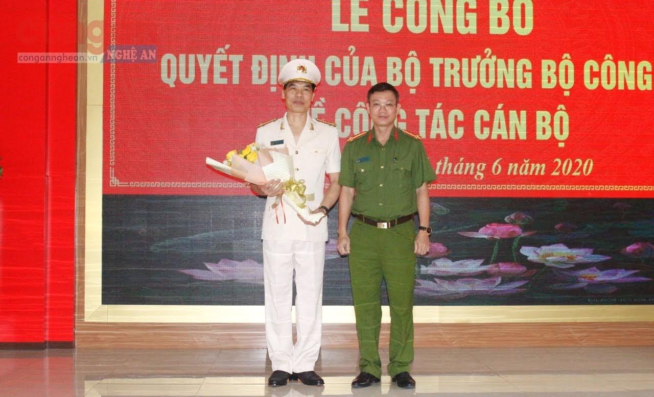 Đại tá Vũ Như Hà, Phó Cục trưởng, Cục Cảnh sát ĐTTP về tham nhũng, kinh tế, buôn lậu (Bộ Công an) tặng hoa chúc mừng đồng chí Phó Giám đốc