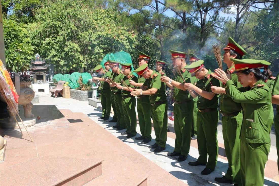 Đoàn  công tác của Phòng Cảnh sát kinh tế Công an tỉnh Nghệ An do đồng chí Thượng tá Phạm Anh Tuấn - Trưởng phòng làm Trưởng đoàn đã đến dâng hương, dâng hoa tại Nghĩa trang Liệt sỹ Quốc gia Trường Sơn.