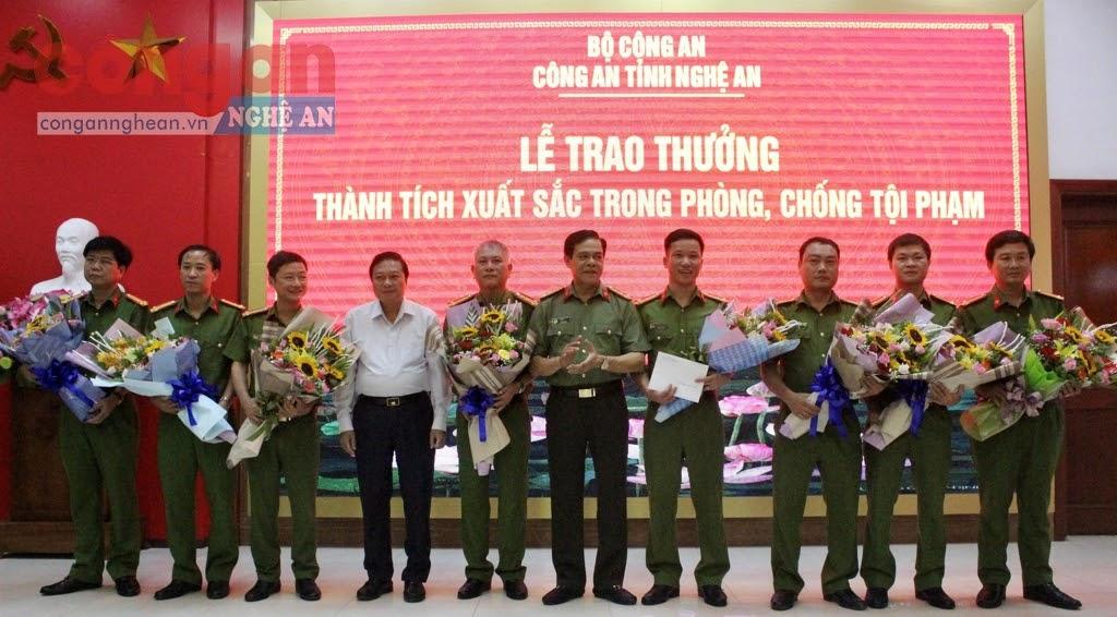 Đồng chí Lê Hồng Vinh, Uỷ viên Ban Thường vụ Tỉnh uỷ, Phó Chủ tịch UBND tỉnh trao thưởng  cho thành tích xuất sắc của Công an tỉnh Nghệ An