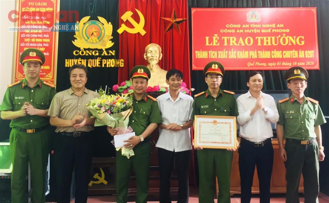 Lãnh đạo huyện Quế Phong trao thưởng cho đơn vị về thành tích xuất sắc đấu tranh, khám phá thành công chuyên án ma túy lớn