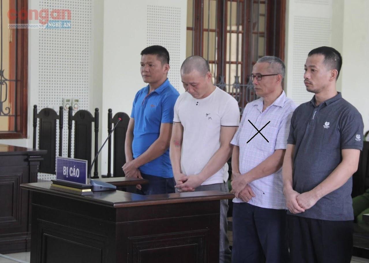 Bị cáo  Nguyễn Đình Giang (X) cùng đồng bọn tại phiên tòa