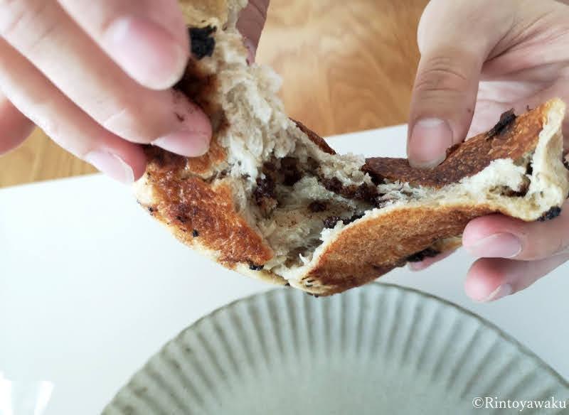 パン屋 二兎:丸パンチョコを割ってみた