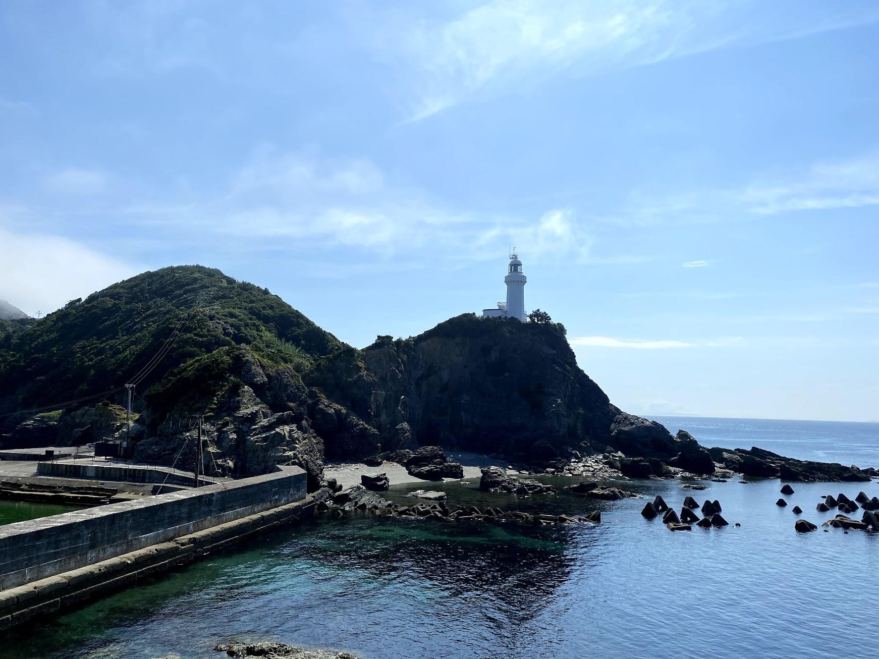 御籠島からの佐田岬灯台を見たところ