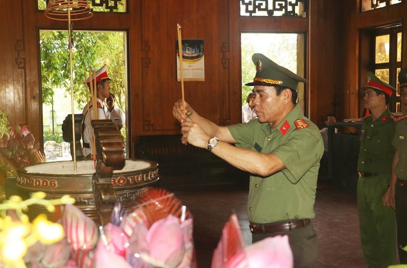 Các đồng chí trong đoàn công tác bày tỏ lòng thành kính tưởng nhớ Chủ tịch Hồ Chí Minh
